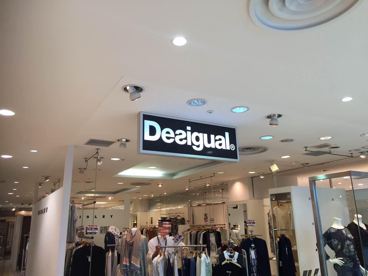 デパートファション店の電飾看板