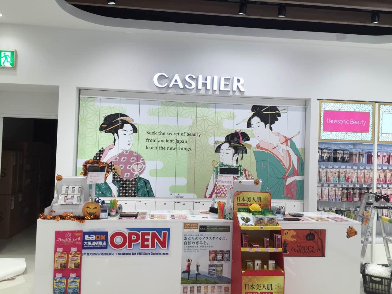 免税店ロックスの工事(チャンネル文字・インクジェット出力・カッティング切り文字)
